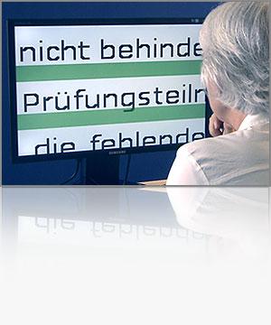 Frau vor einem Monitor mit extrem vergrößerter Text
